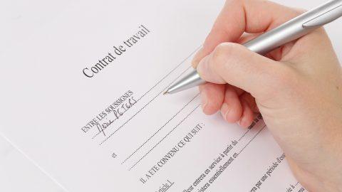 femme signant contrat de travail